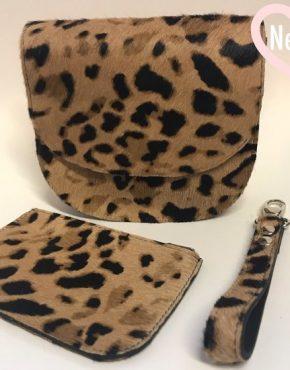 Deze small size tas is gemaakt van gedrukt (harig) rundleer. De trendy leopard print is gecombineerd met mooi kwaliteits leder in de kleur zwart.