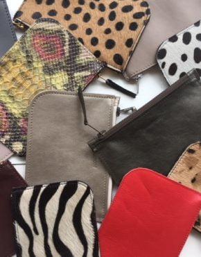 Deze small size tas is gemaakt van gedrukt (harig) rundleer. De trendy leopard print.